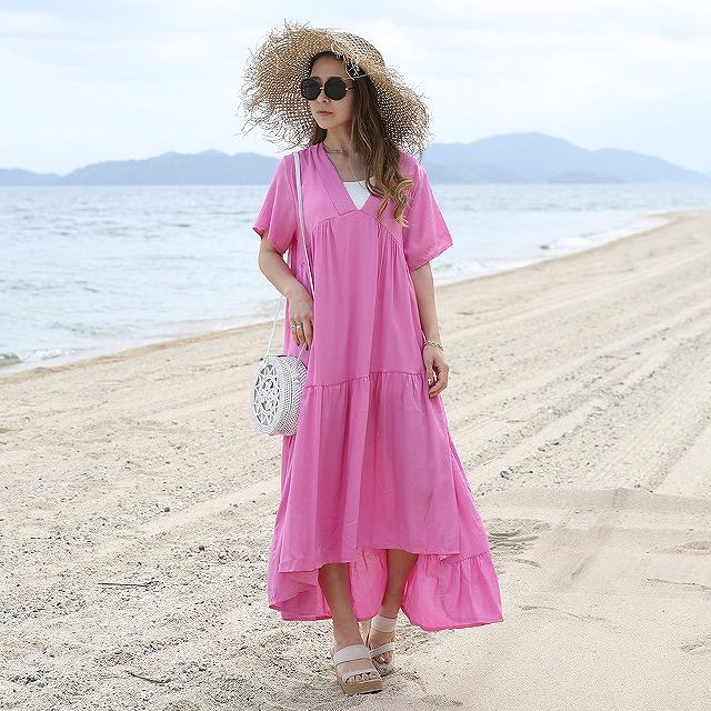 ビーチ・リゾートシーンで映える半袖ティアードカラードレス
